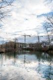 小船在小游艇船坞停放了在北安普顿有建筑用起重机背景 免版税库存照片