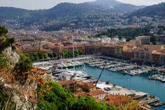小船在小游艇船坞在尼斯,法国靠了码头 免版税库存图片
