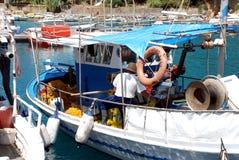小船在小游艇船坞在爱琴海 免版税库存照片