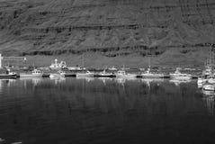 小船在山风景的海靠了码头在Sejdisfjordur,冰岛 在旅行由水的沿海的水上艺术 库存照片