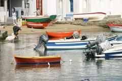 小船在希腊钓鱼海港 免版税库存照片