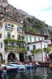 小船在意大利加尔达湖停放了,在山下 免版税库存照片