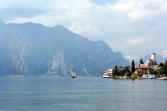 小船在手段风帆附近的湖malcesine 免版税库存照片