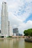 小船在新加坡河的奎伊河沿 免版税库存照片