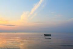 小船在日出的海洋 免版税图库摄影