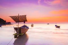 小船在日落下的海 免版税库存照片