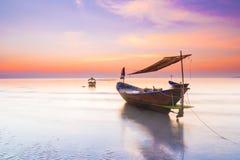 小船在日落下的海 库存图片