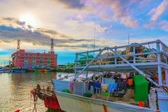 小船在日落期间的淡水厅船坞 免版税库存图片