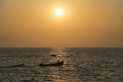 小船在日落的海洋 库存图片
