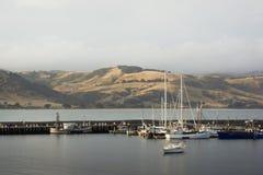 小船在日落的港口 库存照片