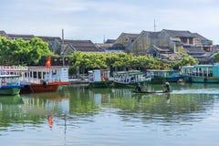 小船在星期四好的妙语河,会安市,越南服务游人 免版税库存图片