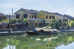 小船在星期四好的妙语河,会安市,越南服务游人 库存图片