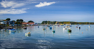 小船在普尔港在多西特,看对白浪岛 免版税图库摄影