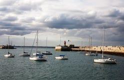 小船在暗褐色Laoghaire,爱尔兰港口  库存照片