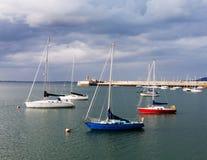 小船在暗褐色Laoghaire,爱尔兰港口  免版税库存照片