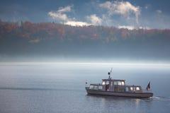小船在有雾的- Hallstatt,奥地利湖 免版税库存图片