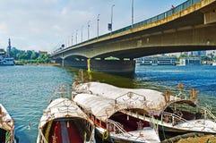 小船在桥梁下 免版税库存照片