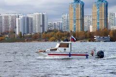 小船在水身体的急救工作在俄罗斯 库存照片