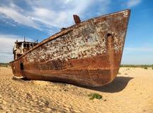 小船在沙漠-咸海或Aral湖-乌兹别克斯坦-亚洲 免版税库存照片