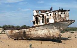 小船在沙漠-阿拉尔市海乌兹别克斯坦 库存图片