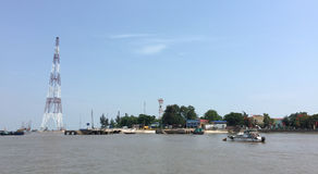 小船在河运行在太原,越南 免版税库存照片