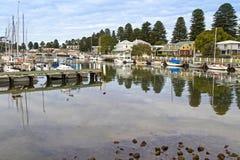 小船在沿莫因河的现代房子旁边停泊了在口岸 免版税库存照片