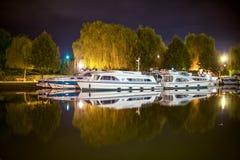 小船在法国运河在夜的中部反射了 库存照片