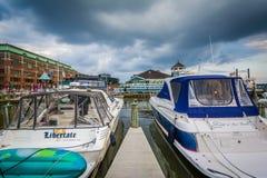小船在波托马克河江边靠了码头,在亚历山大,虚象 图库摄影