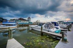 小船在波托马克河江边靠了码头,在亚历山大,虚象 免版税图库摄影