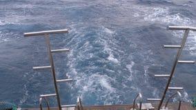 小船在波浪浮动并且在红海把足迹留在 船的船尾 ?? 股票视频