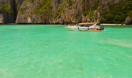 小船在海岛发埃发埃莱伊的盐水湖 免版税图库摄影