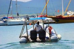 小船在海漂浮 免版税图库摄影