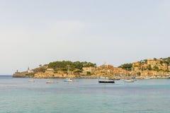 小船在海滩和岩石附近的海 图库摄影