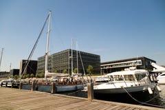 小船在海滨广场 库存图片