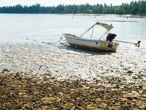小船在海滩搁浅 免版税库存图片