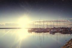 小船在港口在黎明 库存图片
