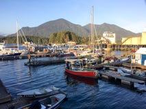 小船在港口在Tofino,加拿大,在晴朗的春天晚上 免版税库存图片