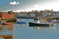 小船在港口处于低潮中 免版税库存照片