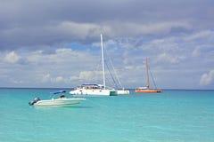 小船在热带水中 库存照片