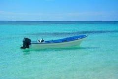 小船在热带水中 免版税库存图片
