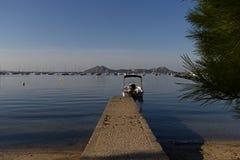 小船在码头结束时 免版税库存图片