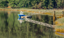 小船在码头船坞的水中 免版税库存图片