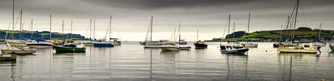 小船在离法尔茅斯的附近海岸  免版税库存图片