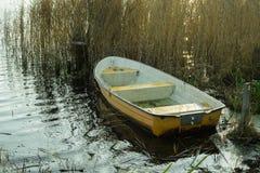 小船在秋天的一个湖 库存图片