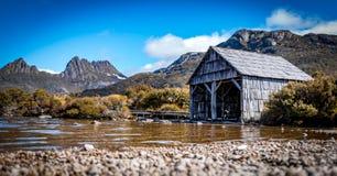 小船在美丽如画的Dove湖流洒了在摇篮山,塔斯马尼亚 免版税库存照片