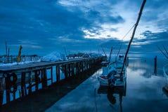 小船在船坞和蓝色日落在坎比其墨西哥 图库摄影