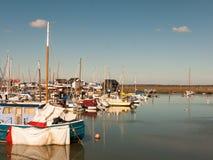 小船在船坞港口tollesbury maldon关闭停泊 免版税库存图片