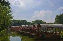 小船在荔枝中水咆哮,在中国南部 库存图片