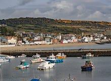 小船在莱姆里杰斯的港口在多西特,英国 免版税图库摄影
