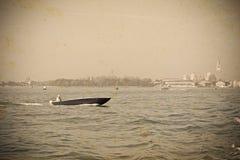 小船在葡萄酒口气的威尼斯 免版税库存图片